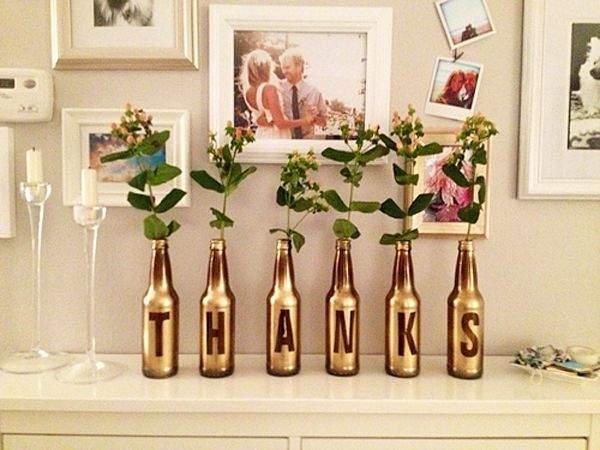 garrafas-de-vidro-pintadas-em-dourado-servindo-de-vasos-de-flores-na-decorac3a7c3a3o1